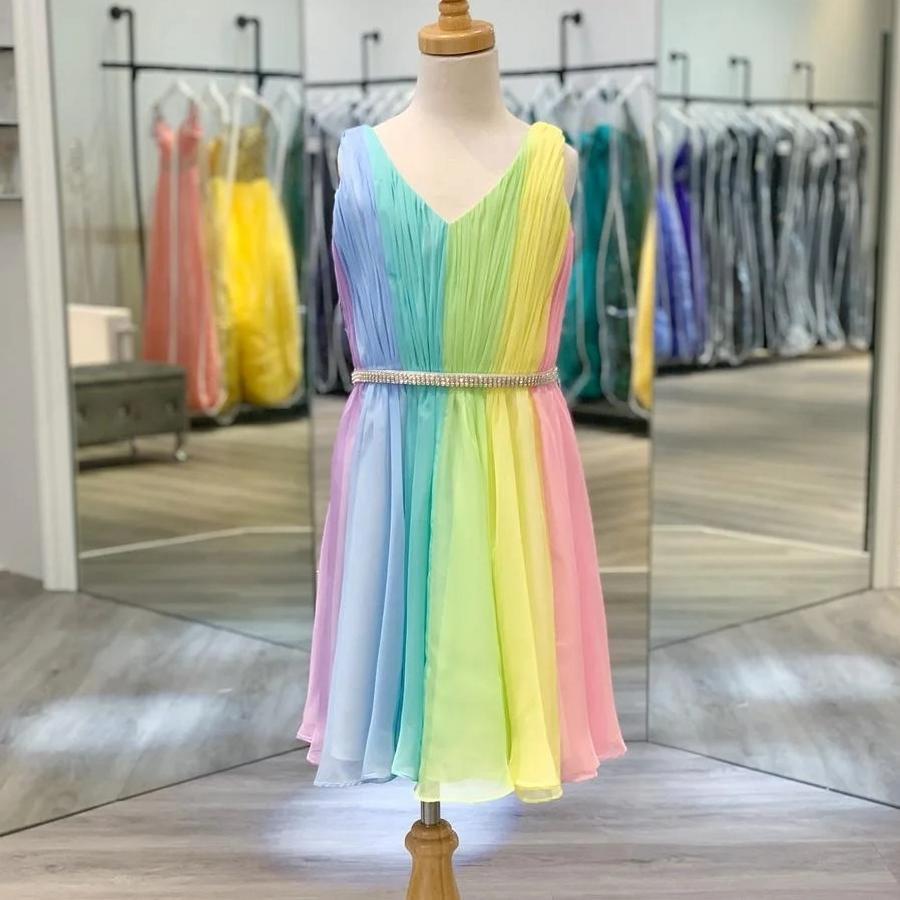Vestido de la fiesta de cócteles de la niña 2020 Arco iris A-Line A-Line Cuello de cuello en V Pensamiento plisado Rodilla de color de caramelo Color de caramelo vestido para niña Crystal Sash