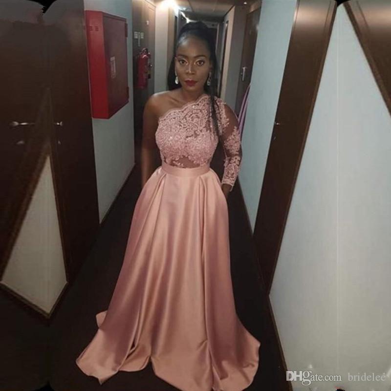 Nouvelle arrivée 2020 une épaule à manches longues rose Robes de bal dentelle perlée satin Une ligne Robes de soirée Robes de bal Robes longues Tenue de soirée