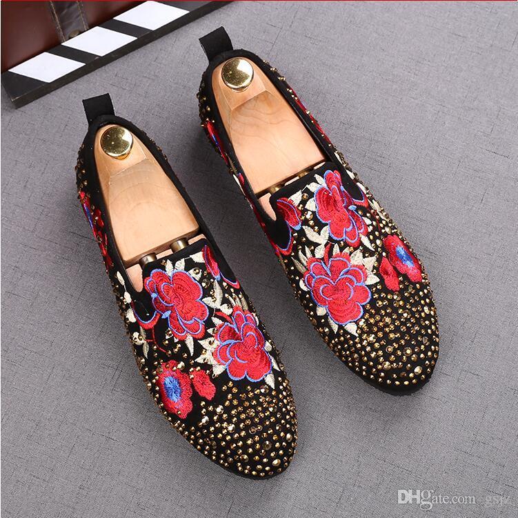 Moda fatta a mano slip on mocassini da uomo rivetti punta tonda fiore uomo casual scarpe piatte scarpe da sposa business di colore misto J82