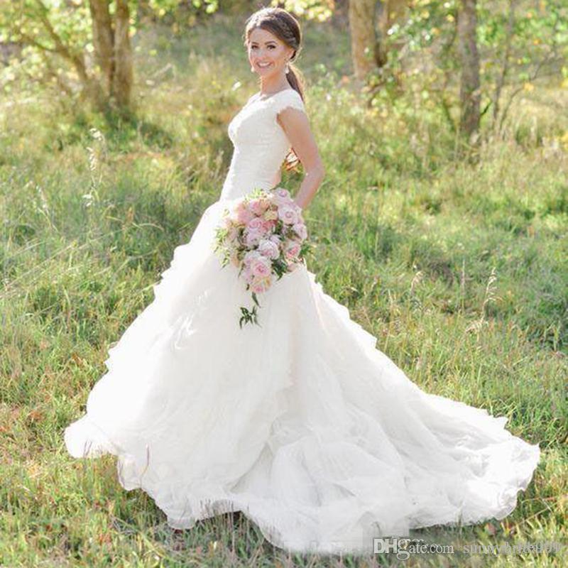2019 Country Western A Vestidos Linha do casamento V Neck manga curta Organza Tiered Lace apliques de casamento Vestidos Trem da varredura Personalizado vestidos de noiva