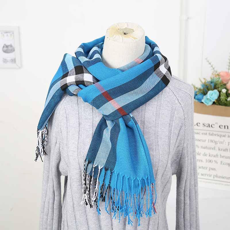 Der neue Herbst / Winter 2019 brit-Schal für Frauen gerollt wird