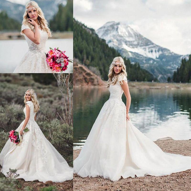 Vestidos de novia de encaje modesto con mangas cortas 2020 Capilla tren Playa Country Nupcial Bodas de novia Hecho a medida
