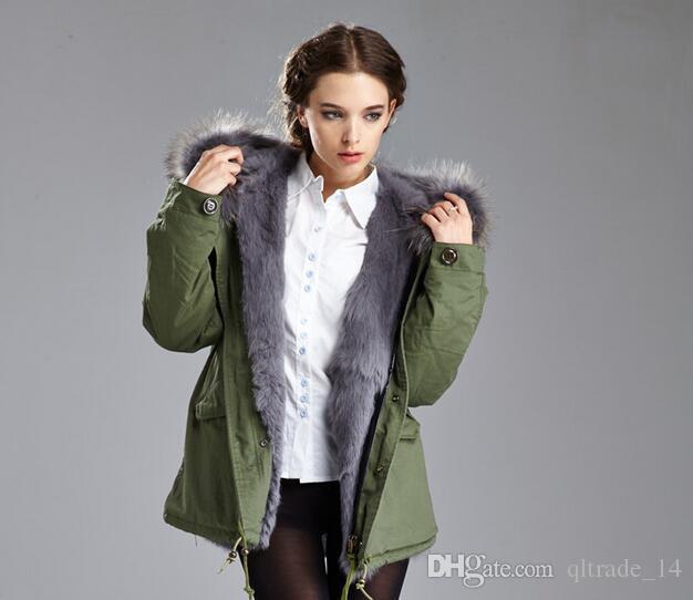 Meifeng-Marke Kältebeständige Damen warme Jacken graues Kaninchenfellfutter-Armeegrün-Mini-Parkas mit grauem Waschbärpelzbesatz Schweden