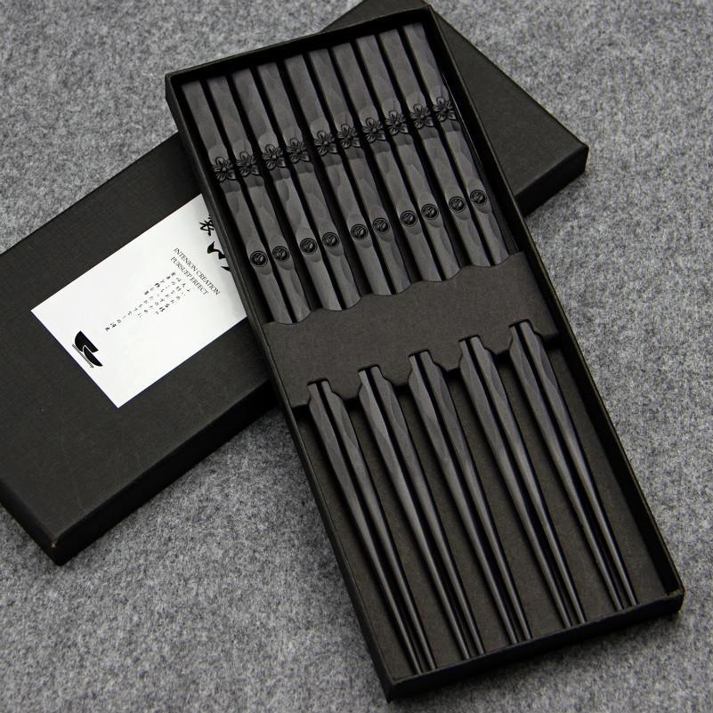 5 Coppia giapponese bacchette della lega antisdrucciolevoli Sushi alimentari attacca cinese Chop Sticks Set Fiore / Saluto Incidere articoli per la tavola della cucina Mangiare T200227