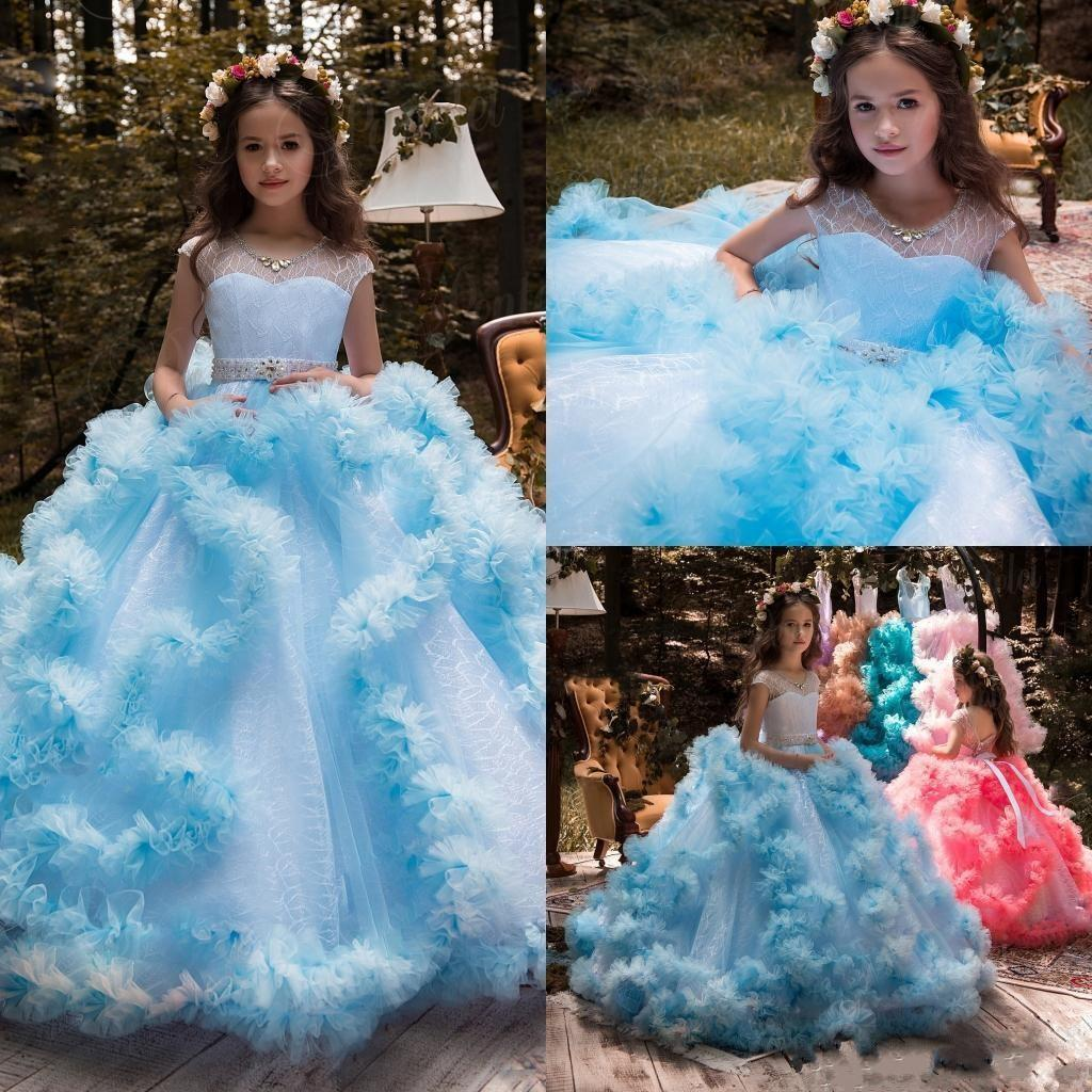 2019 Kız Pageant elbise Balo Cap Kollu Tül Ruffles Kanat Kristal Işık Sky Blue V Geri Çocuklar Çiçek Kız Elbise Doğum Günü törenlerinde