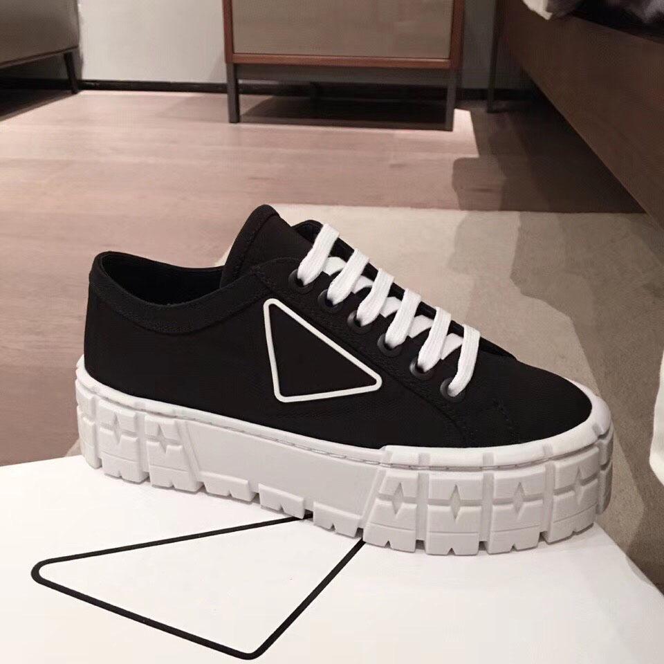 plate-forme de caoutchouc inspiré par les pneus motocross définit la conception inhabituelle de ces chaussures de gabardine de nylon. Le triangle logo decorate50 mm
