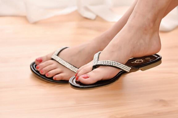 Moda kadın Düz Sandalet Terlik bayan genç Büyük Boy Yaz deri Taklidi T-Kayışı Flip Flop Ayakkabı siyah beyaz drop shipping