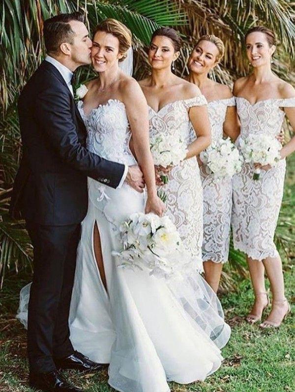 Vestidos de damas de honor vintage del país Columna de la vaina fuera del hombro Vestido de dama de honor de longitud de té de encaje con hendidura trasera Por encargo para bodas