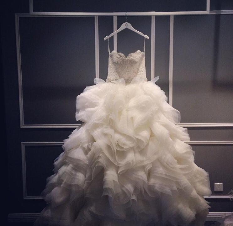2016 Reale Immagine Avorio lusso Una linea di abiti da sposa abiti senza spalline Tiered increspature Backless Top in pizzo da sposa
