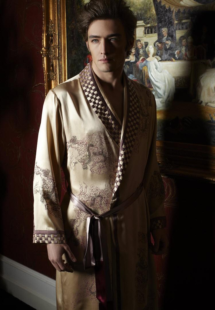 c04d76d242 2019 Exquisite Handmade Embroidery On Robe NWT Luxury Pure 19MM Silk Men  Sleepwear Embroidered Kimono Robe From Kevinqian789