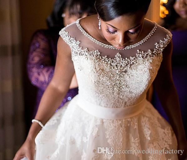 ホットセールキャップスリーブウェディングドレスクリスタルビーズシアーネックビンテージレースアップリケブライダルガウンプラスサイズアフリカの花嫁のドレスサッシ