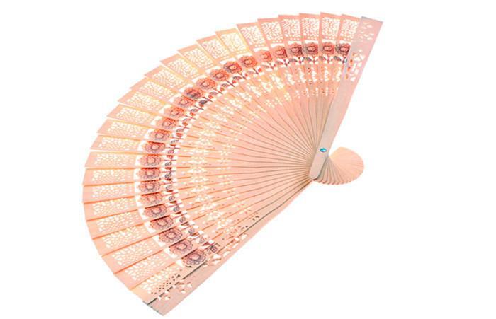 Atacado 600 pçs / lote Elegante Fã De Madeira Dobrável Mão Favores Do Partido de Casamento Melhor Presente Sandalwwood ventilador escavar ventilador de dobramento