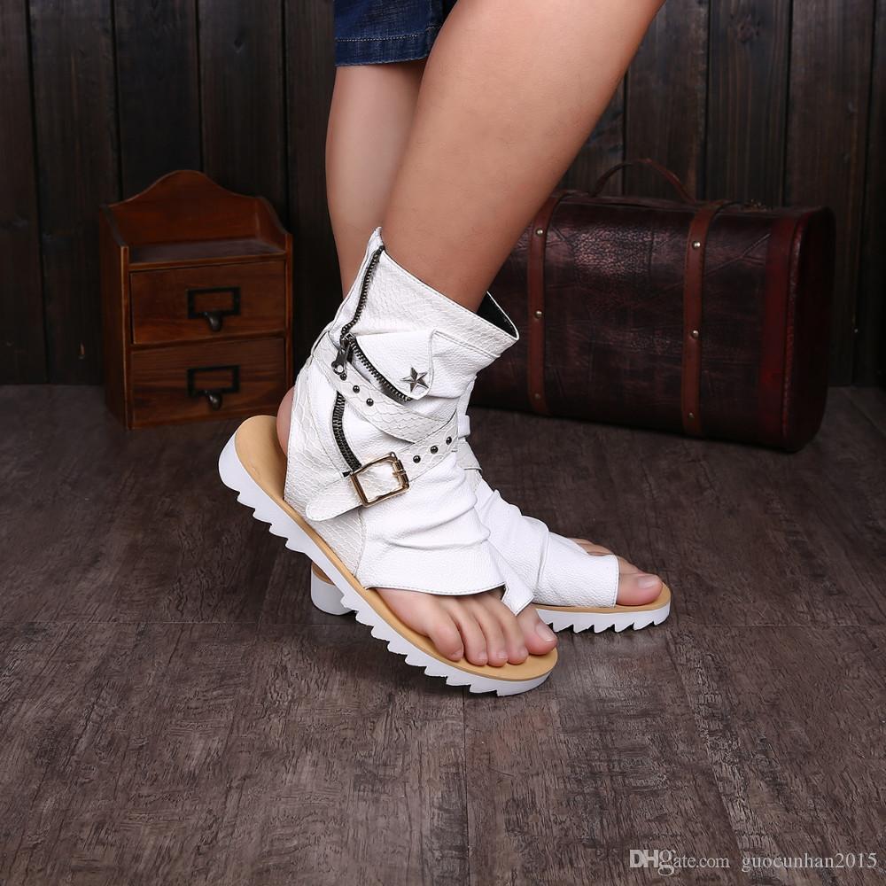 Erkekler Için 2017 Gladyatör Sandalet Siyah Beyaz Ayak Bileği Deri Erkekler Flats İtalyan Ayakkabı Sandalet Perçinler Erkek Terlik Motosiklet Çizmeler Artı Boyutu 46