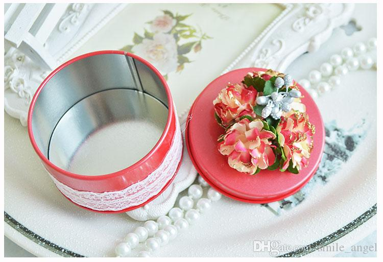 New Fasion Wedding Favor Boxes Round Shaped Red with White Lace and Paper Pom Pom Flowers on Topper Decorations Metal Candy Box Party Favors
