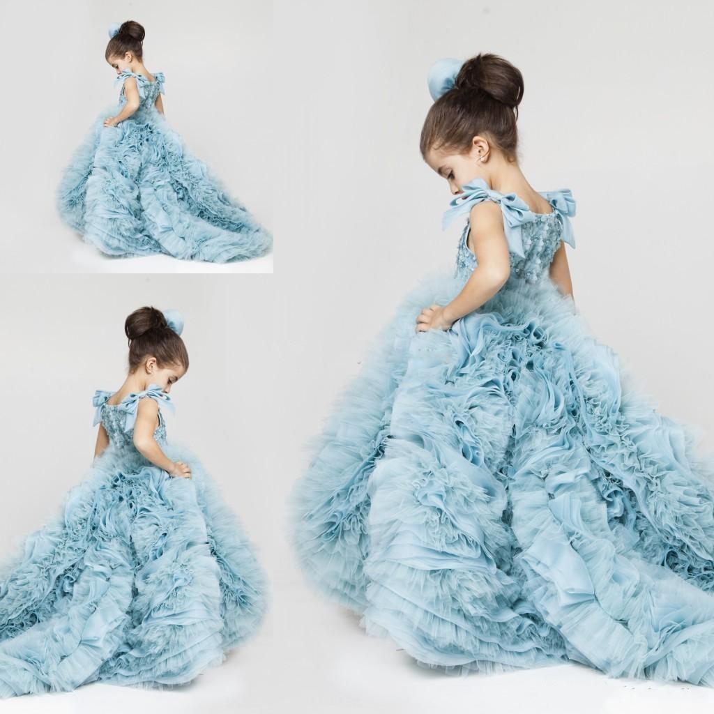 Neue hübsche Blumenmädchenkleider geraffte gestufte eisblaue geschwollene Mädchenkleider für Hochzeitsfestkleider Plus Size Festzugkleider Sweep Train