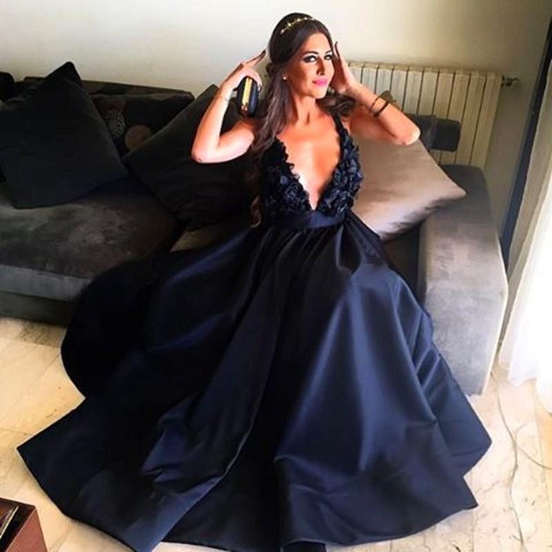 2017 flor hecha a mano negra una línea atractiva que cuelga v cuello vestidos de noche de tafetán sin respaldo barrer el tren vestido formal de baile de fin de curso
