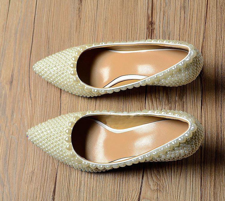 豪華なエレガントな象牙の真珠の結婚式のパーティーダンスの靴のブライダルシューズ尖ったつま先の子猫ヒール靴女性の女性のドレスシューズ