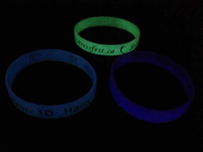 Пользовательские Браслет Glow In The Dark Debossed Цвет Заполнен Флуоресцентный Силиконовый Браслет Промо-Подарки
