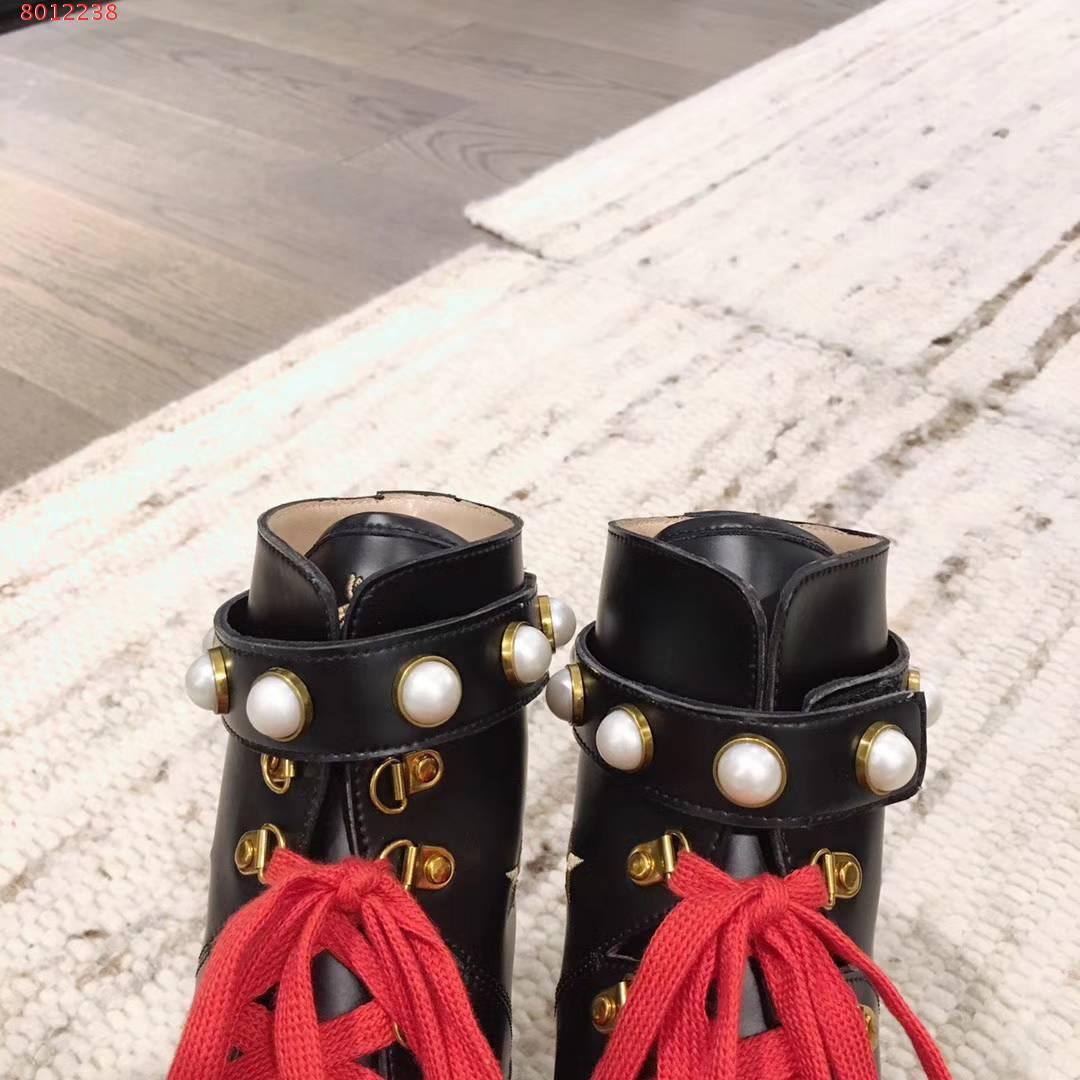 Botas de moda feitas de couro para as mulheres.Decorado com pérolas e apliques de abelha.Por favor, entre em contato conosco para mais informações