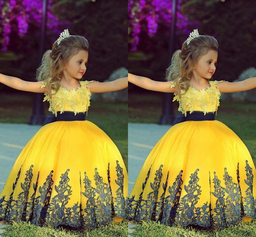 2019 Özel Düğün Moda Sparkle Sarı Balo Kız Siyah Kanat Ile Dantel Aplike Yürüyor Pageant elbise Çiçek Kız Balo parti