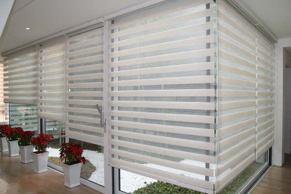 居間のための白いリネンのカーテンのカスタムメイドの半透明のローラーシマウマブラインド30色があります