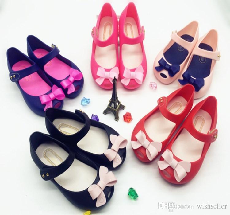 18aee69a845 Compre Zapatos De Bebé De Verano Sandalias De Niña Para Niños Arco Dulce  Sandalias De Plástico Planas Zapatos De Niños Zapatos De Gelatina Suela  Suave A ...