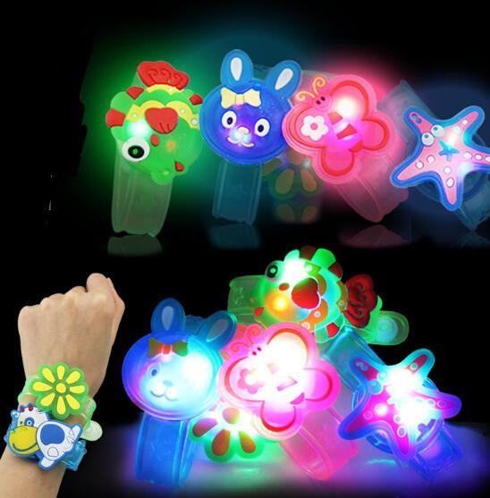 Creativo Cartoon LED Watch flash Wrist braccialetto luce piccoli regali giocattoli bambini stallo all'ingrosso di vendita di merci giocattoli di Natale