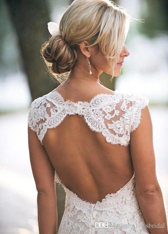 2019 Vestidos de novia de encaje sin espalda sexy Vestidos de novia bohemios de Boho Beach Marfil Una línea de tren capilla hueca Vestidos de boda elegantes con cuello en V