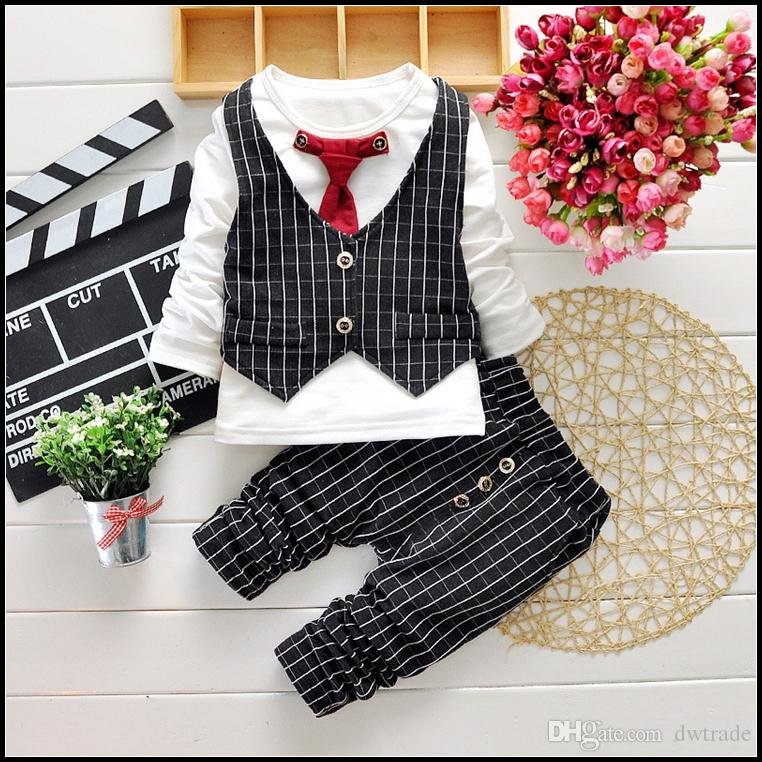 2015 heiße Jungen Gentleman Set 2-7Y Kinder Herbstanzüge Kleidung Outfits 4 stücke T-shirt + Hosen + Plaid Weste + Krawatte Freies Verschiffen MOQ: SVS0490