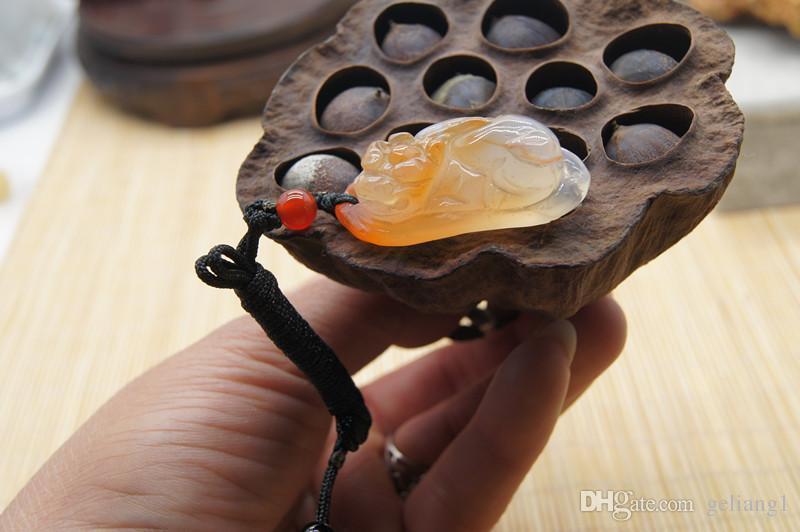Natureis hellrot Onyx - handgemachtes Schnitzwerk Amulett, ovale Form des Wilden. Halsketten Anhänger