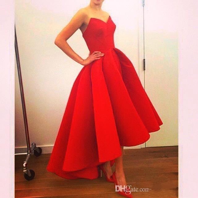 Rojo Vintage Hi-Lo Vestidos de baile Vestidos de fiesta de noche simples y modestos con una línea Sexy Sweetheart Cremallera Volver Satén con volantes Vestido formal barato 2015 Nuevo