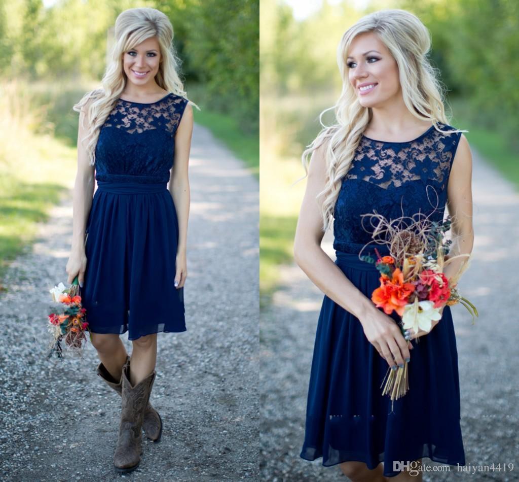 Hot Cheap Country Vestidos de dama de honor para bodas Ilusión Cuello Gasa Encaje Azul marino Sash Party Rodilla Longitud Maid Honor Vestidos de menos de 100