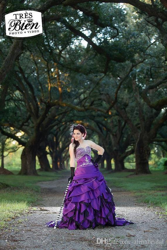 Alternatywne Gothic Fioletowe i Czarne Suknie Ślubne Suknia Balowa Satyna Zroszona Haft Sweetheart Gorset Picks-Up Halloween Suknie Ślubne