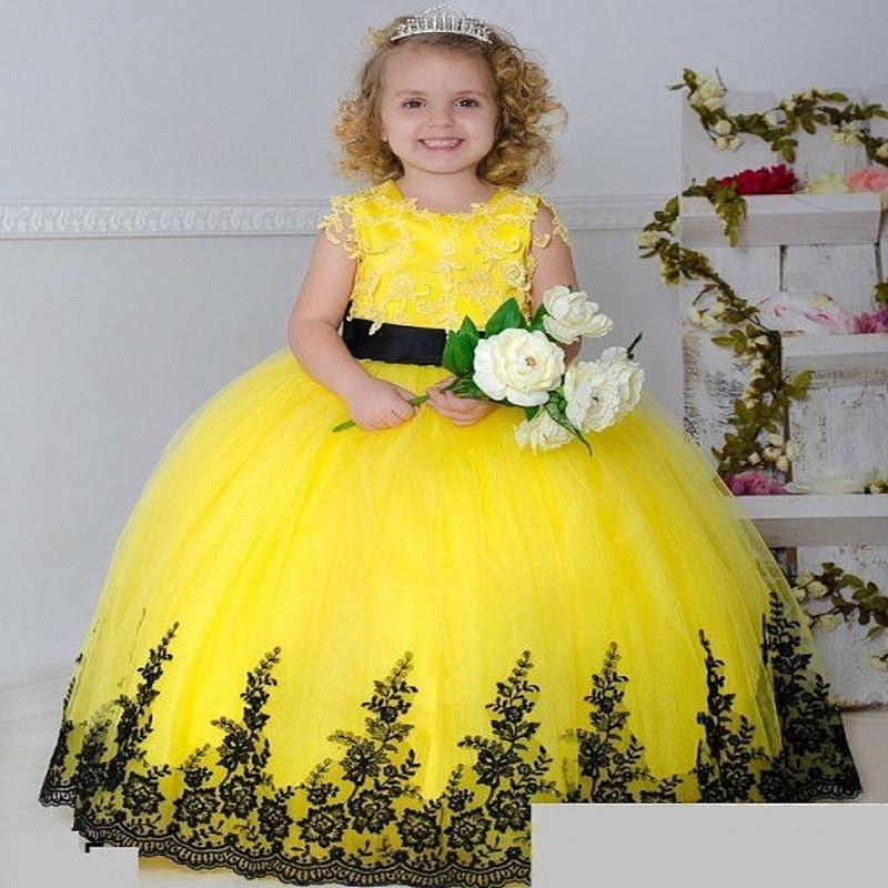 2016 Nuevo Amarillo Tulle Encaje Vestidos de niña de las flores para la boda Cuello redondo Sin mangas Negro Applique Sash Bow Long Girls Vestidos del desfile BO9374