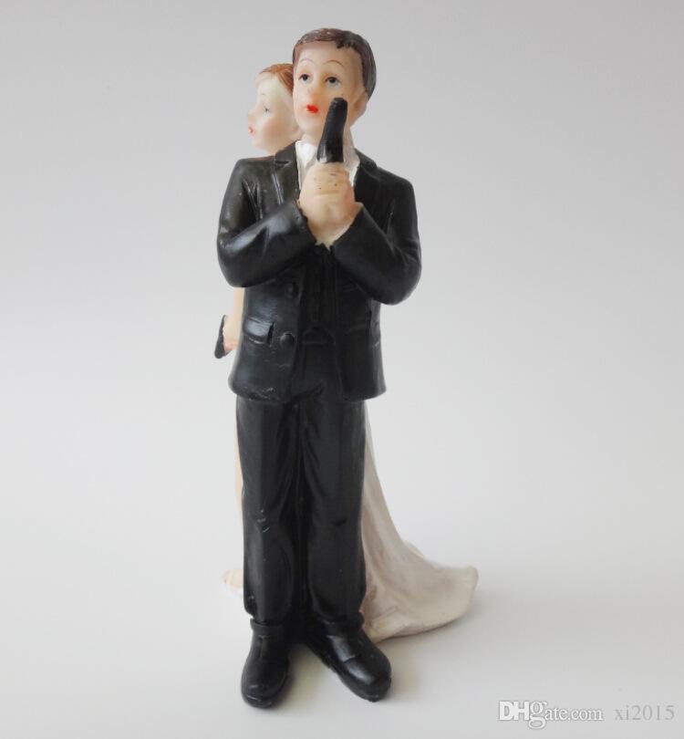 Escape Bride and Groom with Gun Couple Figurine wedding cake topper for wedding decoration mariage decoracao para casamento