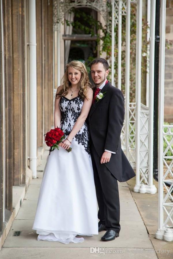 Vestidos de novia de estilo gótico victoriano Vestidos de novia baratos de encaje Negro y gasa blanca Vestido de novias de jardín Con cordones Volver