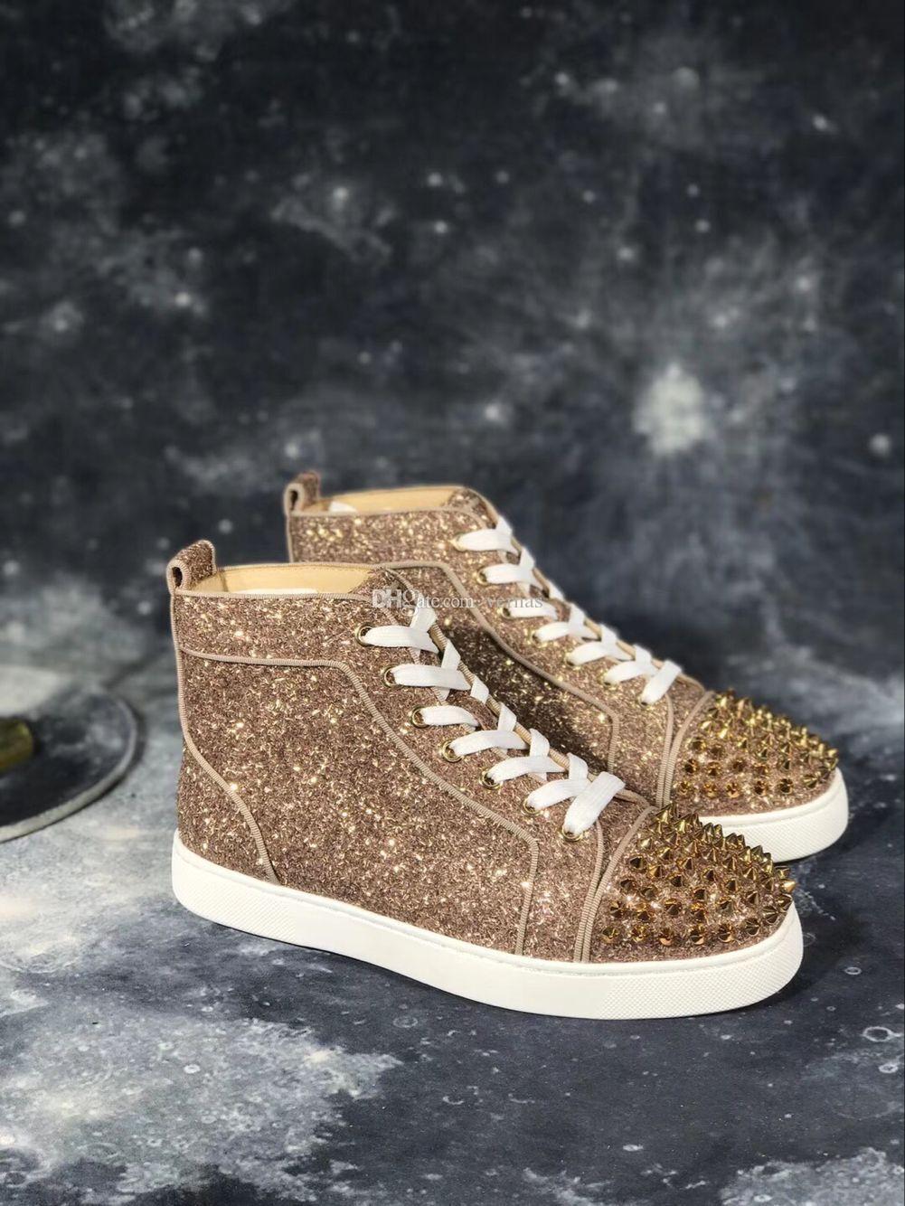 f0cdc0d61 Compre Picos De Ouro + Tênis De Brilho Sapatos De Luxo Designer Vermelho  Inferior Alta Top Homem Marca De Moda Confortável Casual Caminhada Saco De  Pó Único ...