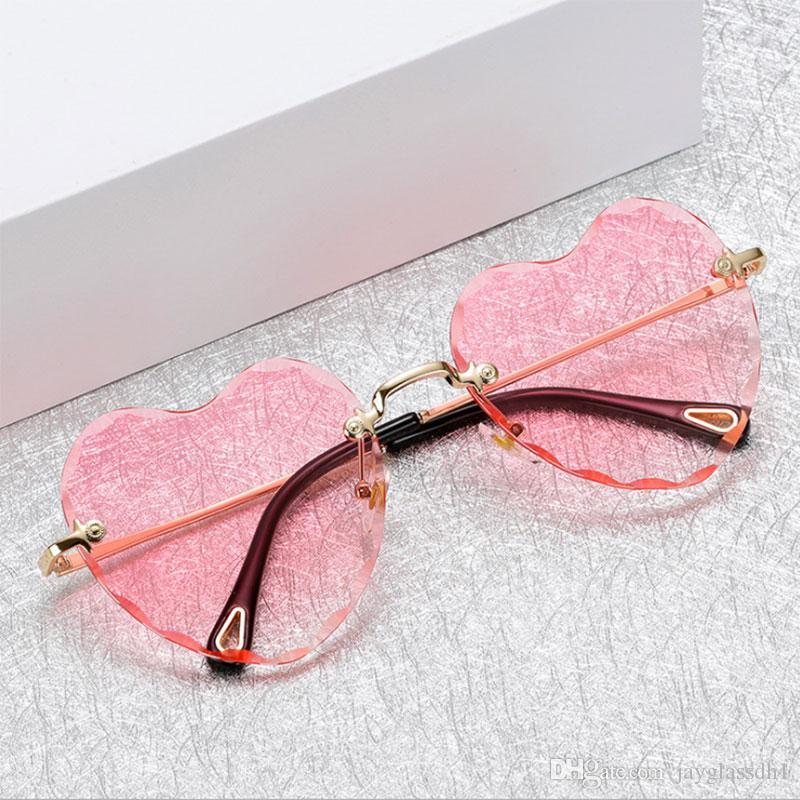 Compre Moda Sem Aro Óculos De Sol Das Mulheres New Arrival Coração Forma  Amor Eyewear Feminino Boa Qualidade Óculos De Sol Uv400 Viagem De Compras  De ... e37cb63a33