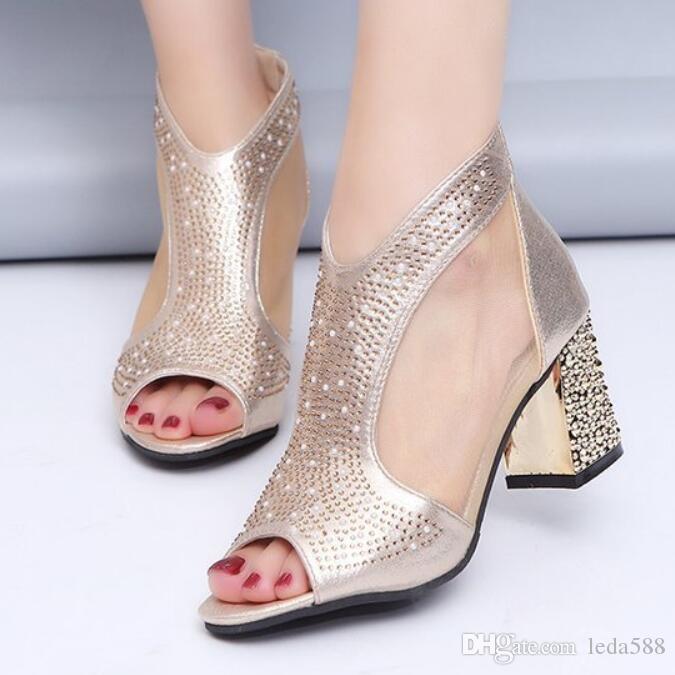 23b72b8bd5 Compre Moda 2019 Mulheres Sandálias Bling 7 Cm De Salto Alto Diamante De  Verão Sapatos De Salto Quadrado Mulheres Sapatos De Casamento Sapatos De  Couro ...