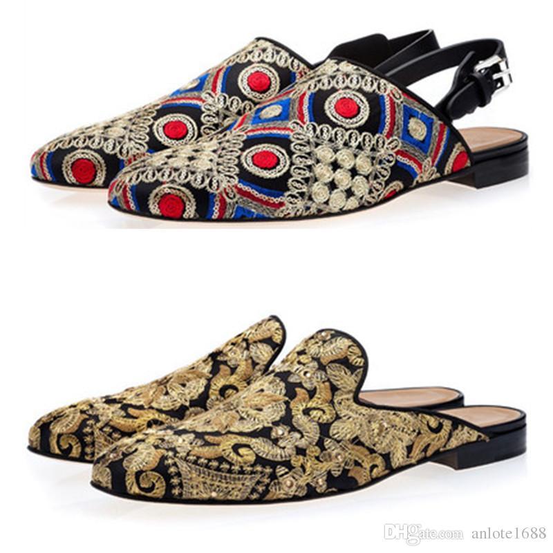 858e62477 Compre Homens Sapatos De Lona Bordada De Ouro Slip On Mulas Chinelos Sapatos  Italianos Moda Tassilo Flats Motorista Mocassim Masculino Sapatos De  Casamento ...
