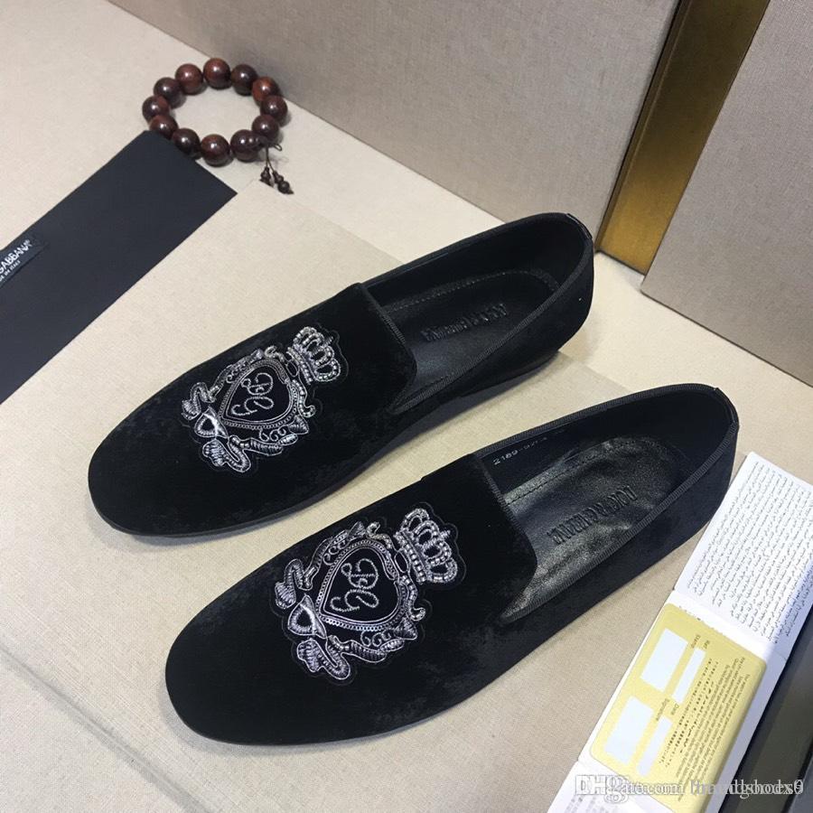 706685a6a64 Compre 2019 Nuevos Zapatos De Cuero Estilo Hombres Zapatos De Terciopelo  Negro Fiesta De Moda Y Banquete Zapatos De Vestir Para Hombre Mocasines  Para Hombre ...