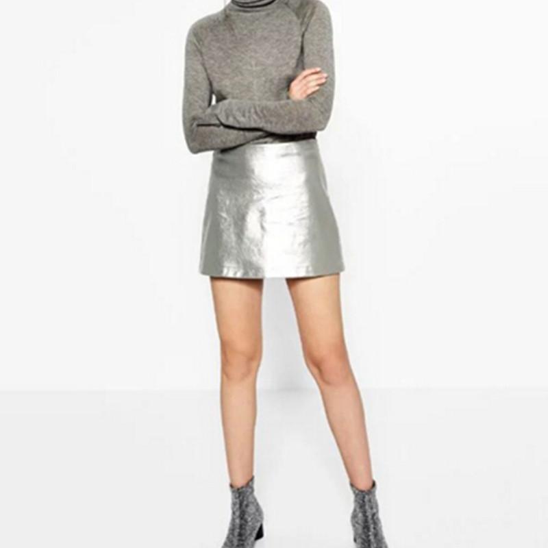 dce824607 Falda de cuero de imitación de color metálico nuevas mujeres de cintura  alta con forro de color brillante Mini faldas cortas Femme oro plata 2 ...