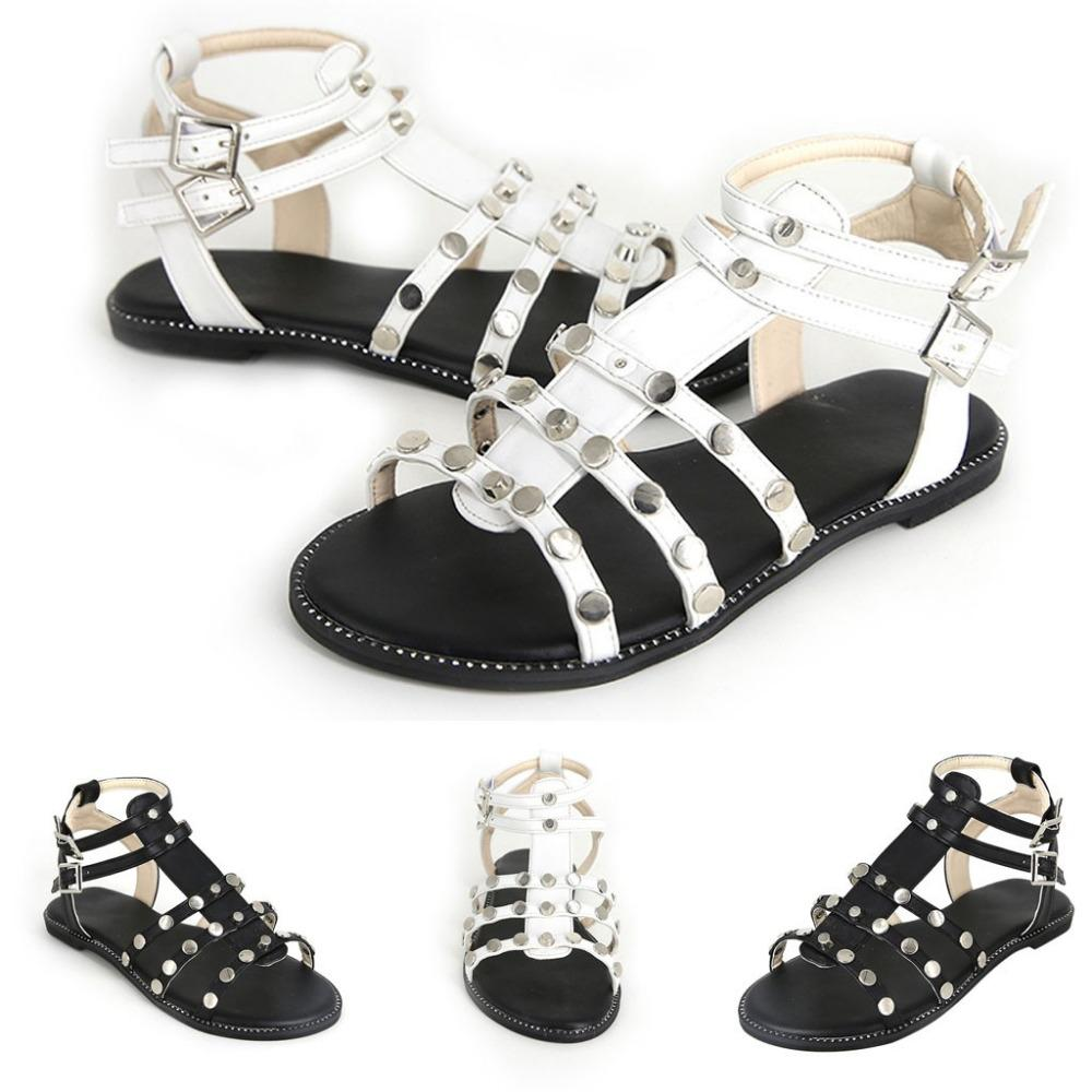 5197d369c15 Compre 2019 Moda Nuevas Damas Anillo Hebilla Remache Sandalias Cómodas  Planas Verano Mujeres Sandalias Planas Zapatos De Cuña Hermosa Nueva A   42.61 Del ...
