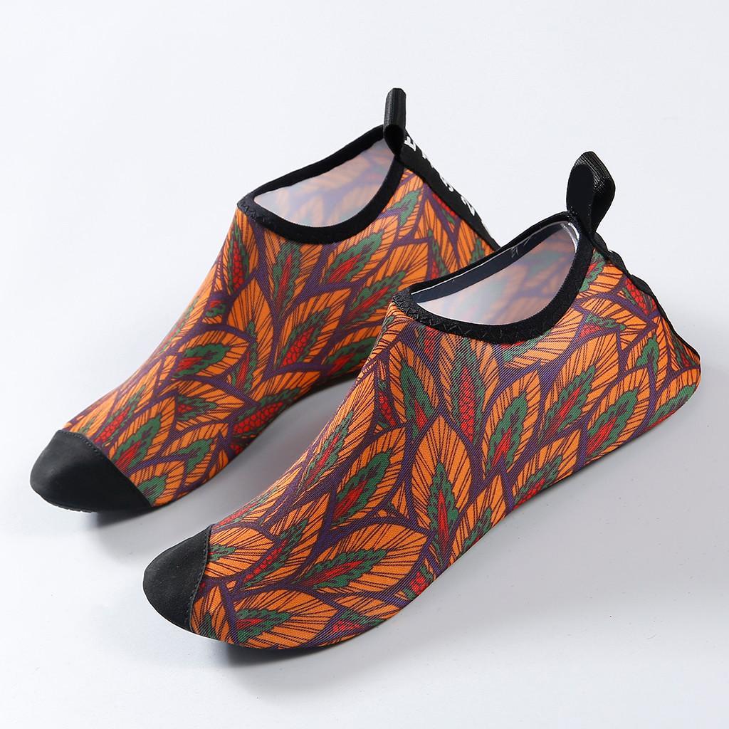11ac21e964522 Acheter 2019 Été Hommes Femmes Natation Douce Chaussettes De Yoga  Chaussures Chaussures De Peau Pieds Nus Aqua Plage Mignonne Chaussure D eau  Surf Plongée ...