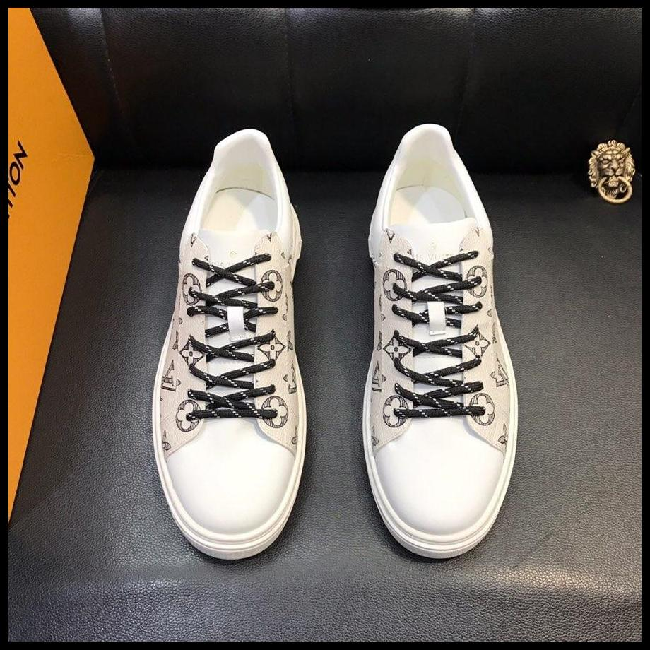 5452e61a99 Men S Shoes European Station 2019 Spring New Leather Small White Shoes With  Korean Youth Medusa Casual Shoes Purple Shoes Scholl Shoes From Gvbeyituo