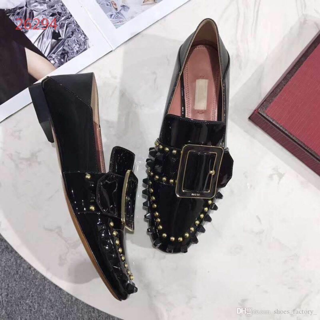 Compre 2018 Nueva Marca De Uñas Zapatillas De Mujer De Cuero Genuino Mules Zapatos  Flat Mules Cadena De Metal Zapatos Nuevos Mocasines Moda Zapatos De Mujer  ... a50a00bcafef