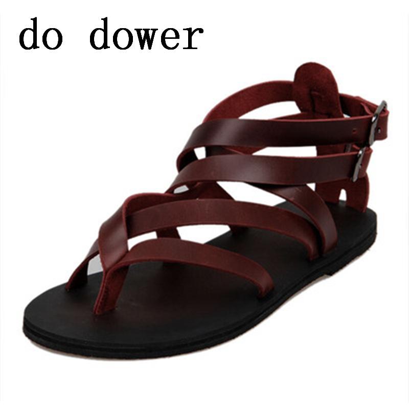 a2efe7d333 Compre Verão Novo Luxo Homens Sandálias Do Punk Moda Masculina Madura  Sandalias Sapatos De Praia De Couro Flats Sólidos Cross Amarrado Vestido  Casual ...