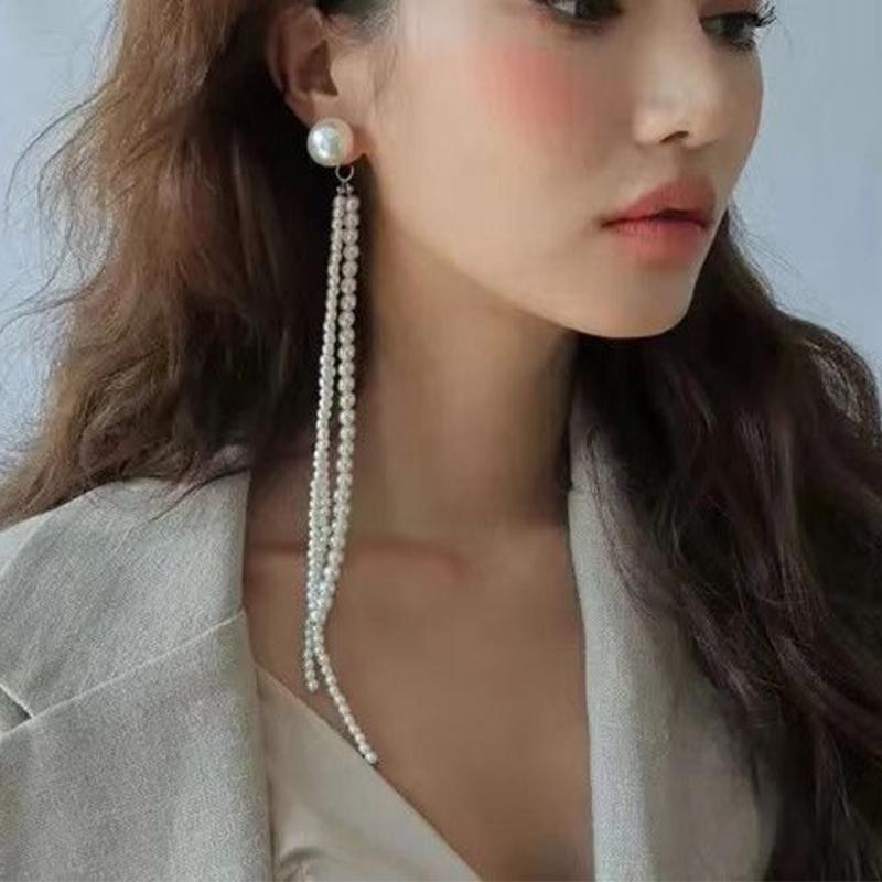 27c7073c3113 Japón y Corea del Sur La Nueva Moda de Borla Ms Asimetría de Perlas de  Super Aretes Largos Pendientes de Joyería para Mujeres