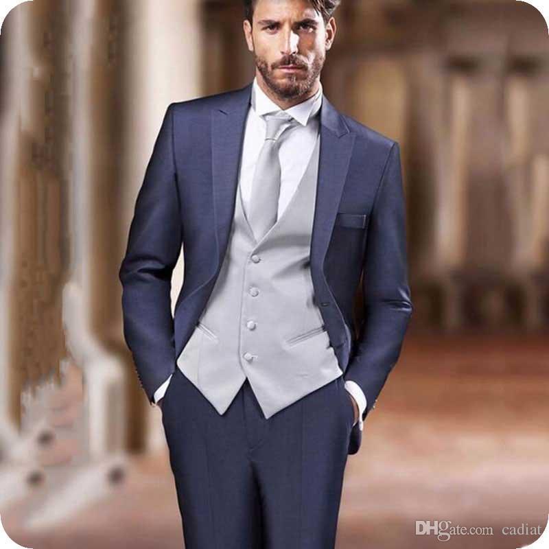 f859cb322826d Compre Trajes De Los Hombres Azules De Estilo Italiano Peaked Lapel Novio  Boda Esmoquin Traje De Hombre Blazer Abrigo Pantalones Chaleco Chaleco Traje  Homme ...