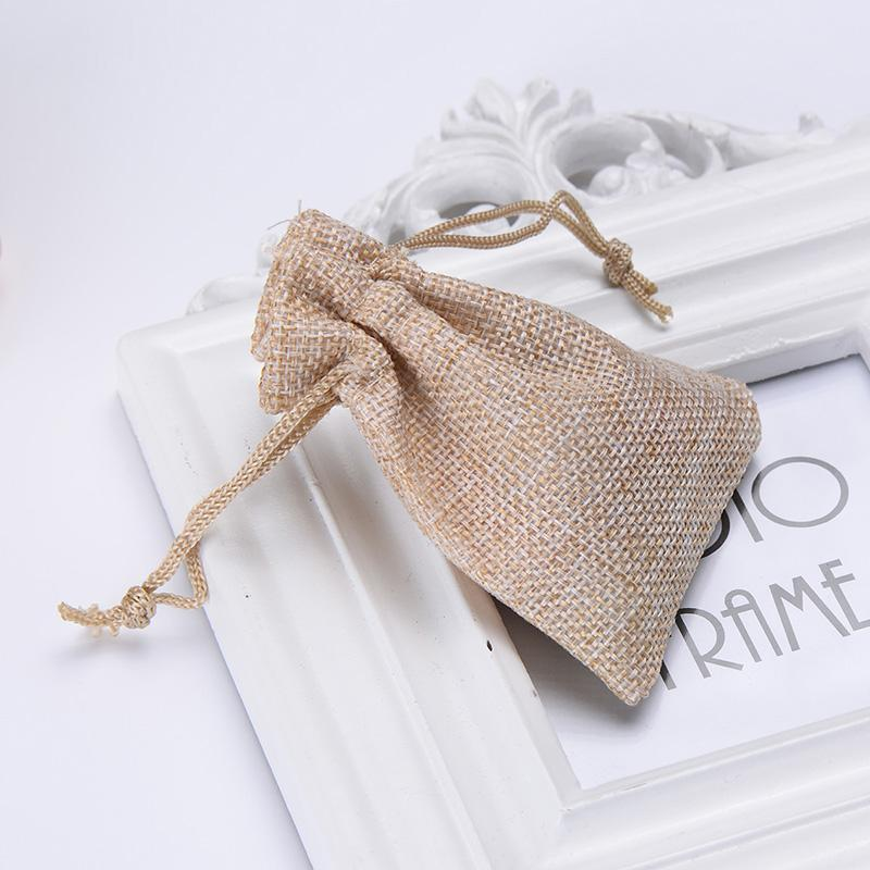 Al por mayor-50pcs / Lot Linen Bag Drawstring WeddingChristmas Packaging Pouchs Bolsas de regalo Pequeñas joyas Bolsita Mini bolsas de yute Envío gratis